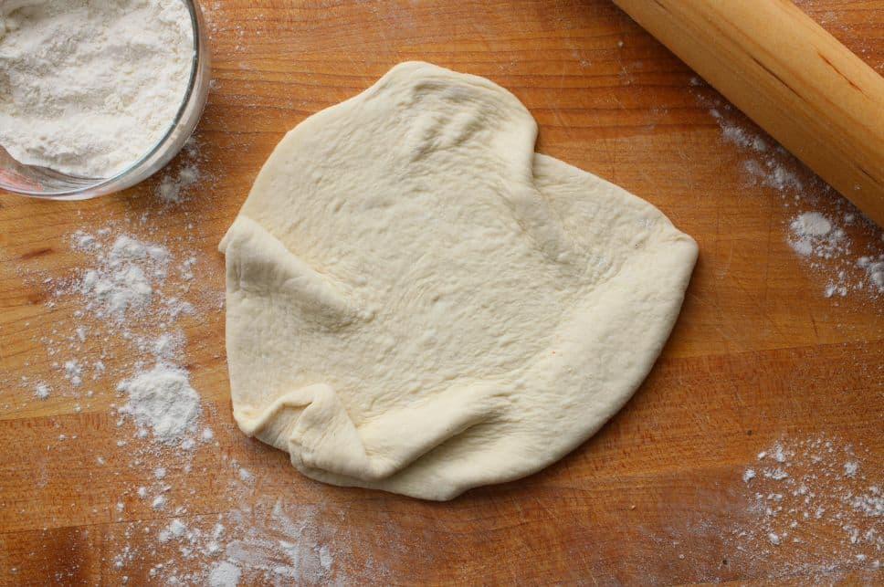 طريقة عمل عجينة البيتزا بخمس طرق سهلة
