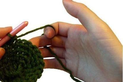 طريقة إمساك خيط الكروشيه 4