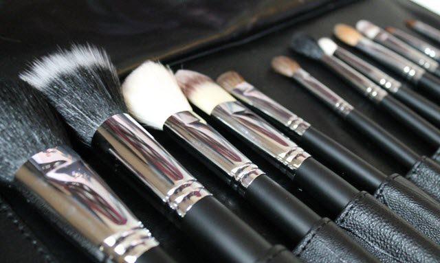 (makeup brushes) أو فرش تطبيق المكياج