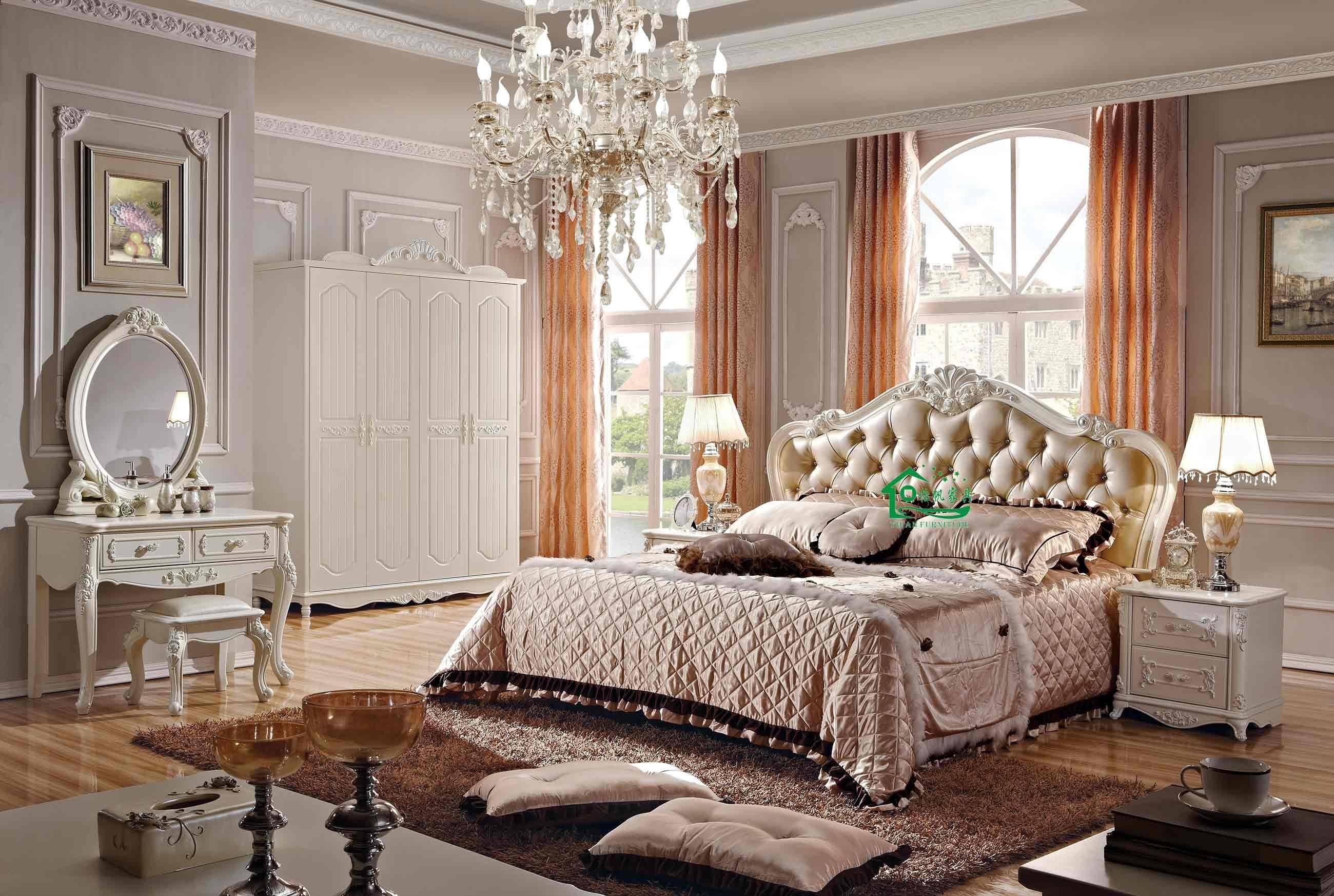 غرفة إيطالية ملكية ذات ترتيب معقد وأرضية خشبية لماعة وبساط بني فاخر وناعم