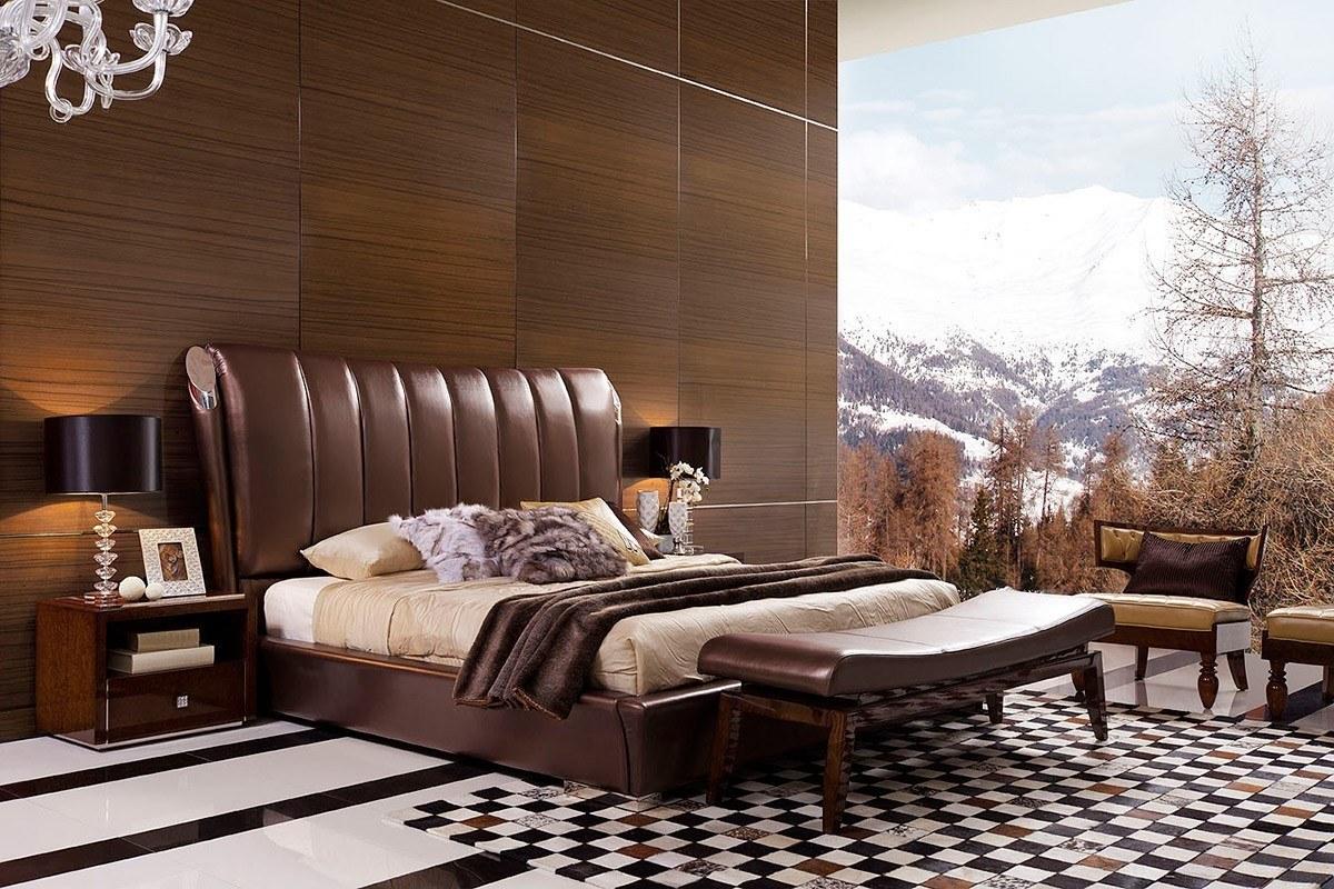 غرفة من الطراز الإيطالي ذات لون بني وسرير يمزج بين القماش الراقي والجلد الفاخر ولوحة كبيرة الحجم تجعلك تشعر أنك في جبال الألب