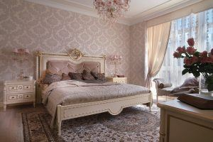 غرفة نوم من الطراز الإيطالي الفاخر تلاحظ جودة وتفاصيل رائعة وتوازن مثالي في الجمال والحرفية وبراعة في الدقة والترتيب