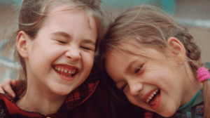 فوائد الضحك وهل يمكن استخدامه كعلاج؟