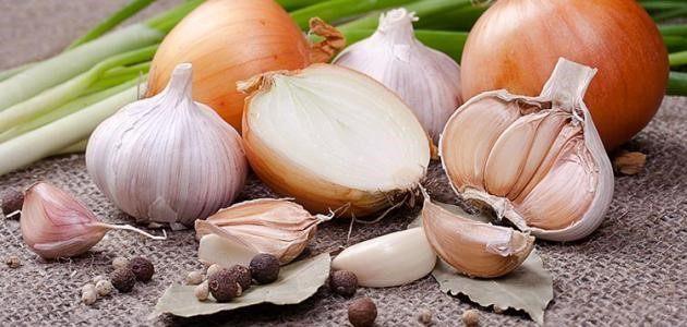 طرق استخدام مزيج عصير البصل والثوم، واستخدامهما مع الطرق العادية.