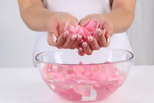 أضرار الإفراط في تناول ماء الورد سواء للبشرة أو لتكبير الثدي