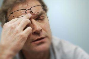 صداع مع ألم في العين ... ماذا يعني؟