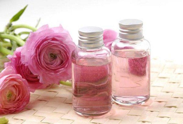 طريقة سليمة لصناعة ماء الورد في المنزل طبيعيًا