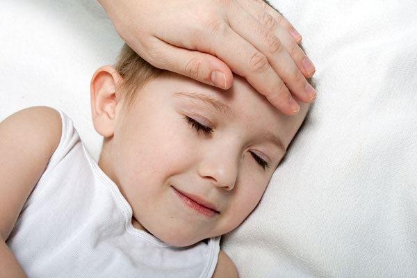 متى تستدعي استشارة الطبيب عند ارتفاع حرارة الطفل بعد التطعيم؟