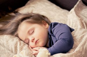 كيف تساعد طفلك على النوم؟