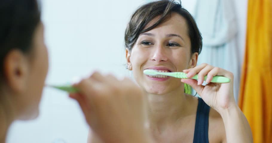 10 بدائل طبيعية لمعجون الأسنان