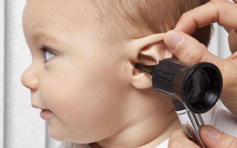 التهاب الأذن الوسطى لدى الأطفال .. الأعراض المضاعفات والعلاج