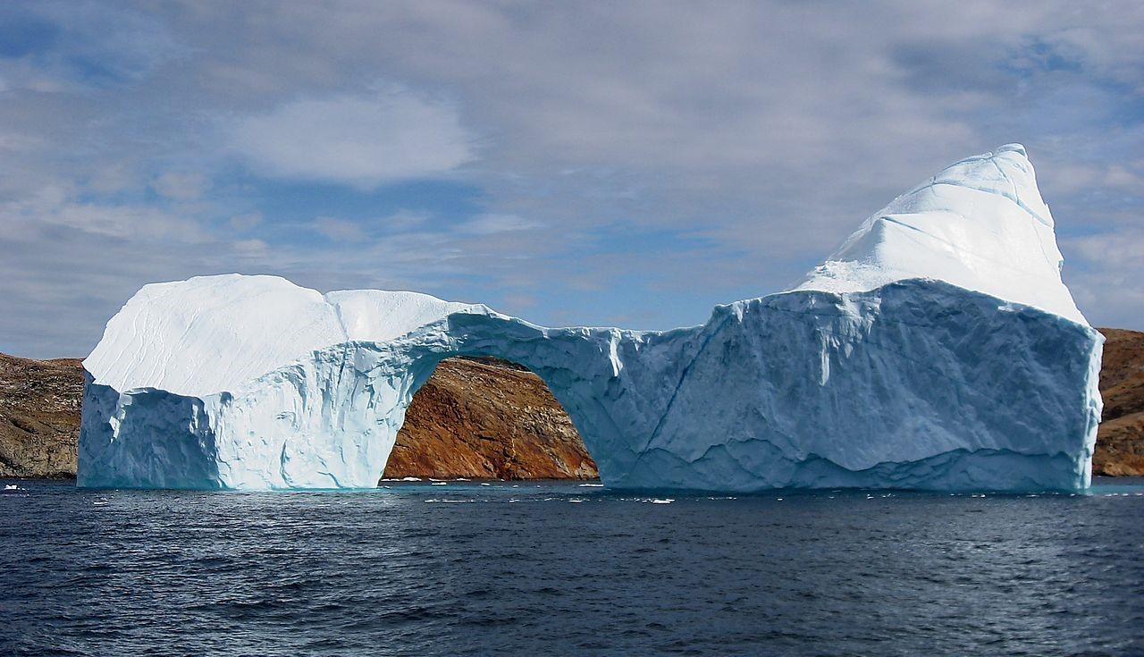 يطفو الجليد فوق الماء