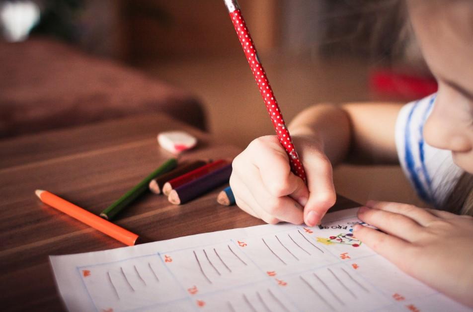 أفكار تُساعدك في تحفيز أطفالك على المذاكرة