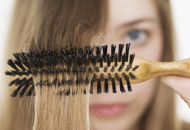 عادات يومية خاطئة تؤدي لمشكلة تساقط الشعر