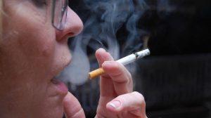 هل التدخين السلبي بنفس خطورة التدخين الإرادي على الصحة؟