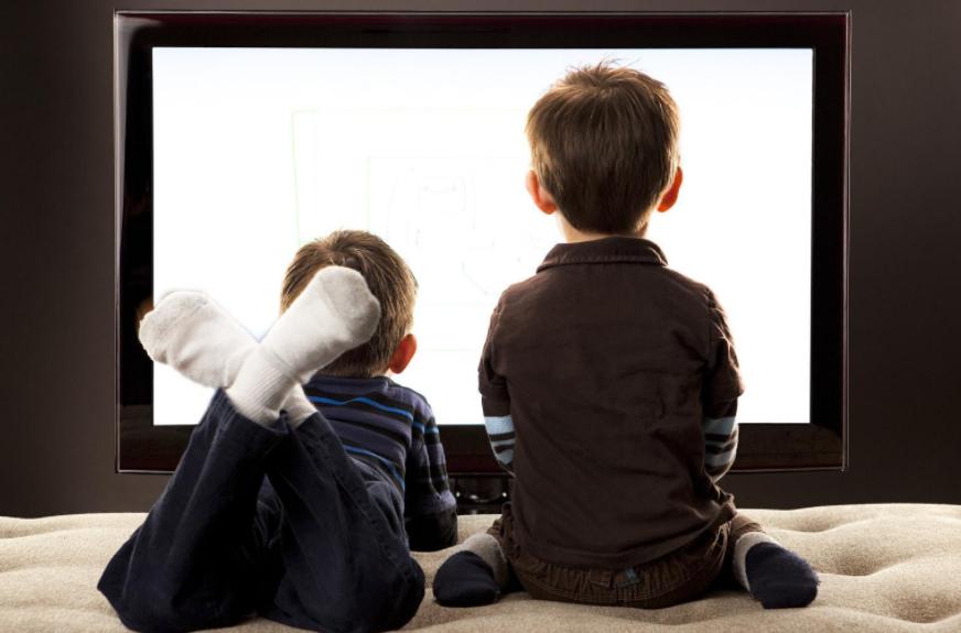 تأثير التلفاز على الأطفال ما بين السلبي والإيجابي
