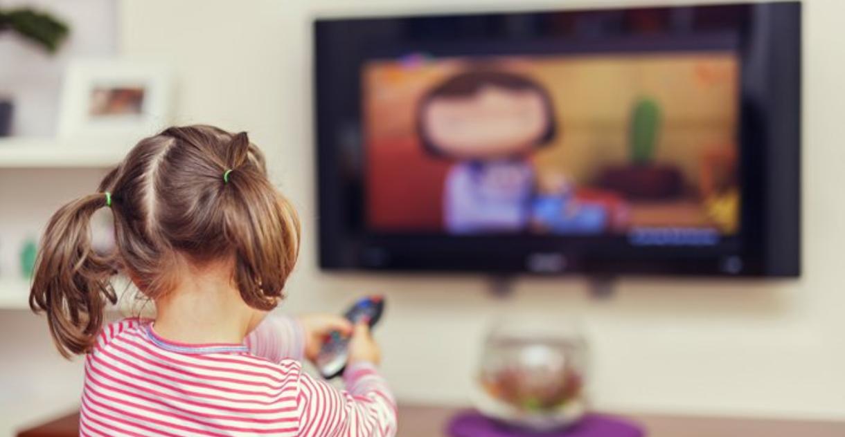 جلوس الأطفال أمام التليفزيون مسؤولية مَن؟