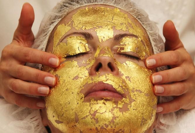 فوائد القناع الذهبي للوجه (gold face mask)