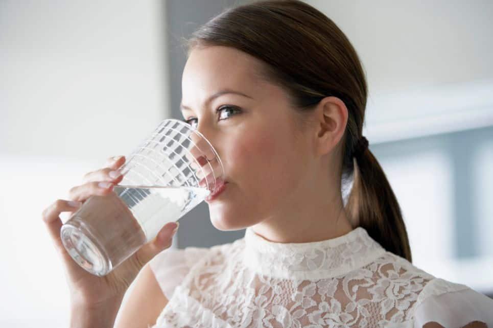 لماذا قد تفكر في شرب لترين من الماء يوميًا؟