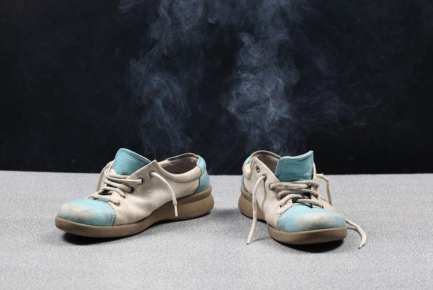 هل حذائك يسبب لك الإحراج؟ إذن إليك أفضل وأسهل طرق التخلص من رائحة الحذاء الكريهة