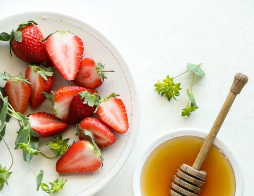 الفراولة مع العسل لبشرة صافية كالاطفال