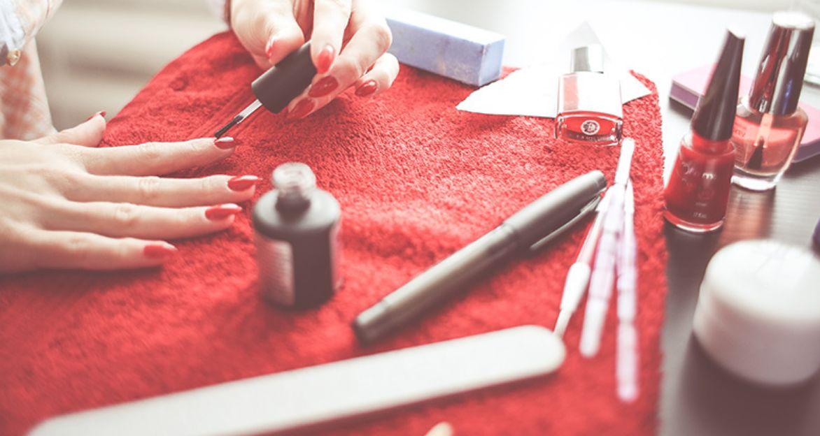 تصحيح أخطاء طلاء الأظافر عن الأصابع