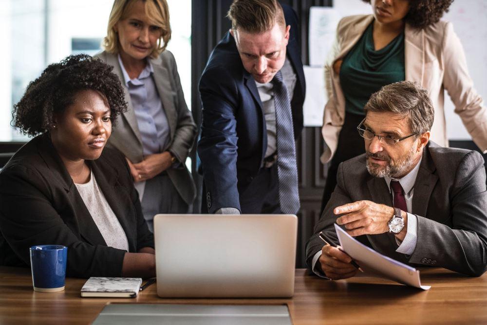 ما هي وظائف إدارة الأعمال؟  ما هي المناصب التي يشغلها مديرو الأعمال؟