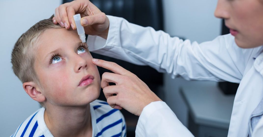 علاج التهاب العين عند الأطفال