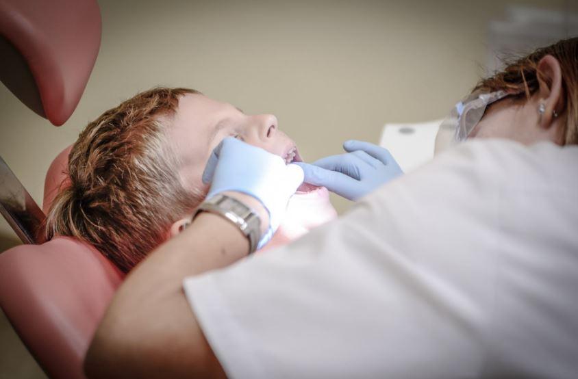تبييض الأسنان بالليزر .. هل هو الخيار الأفضل لك؟