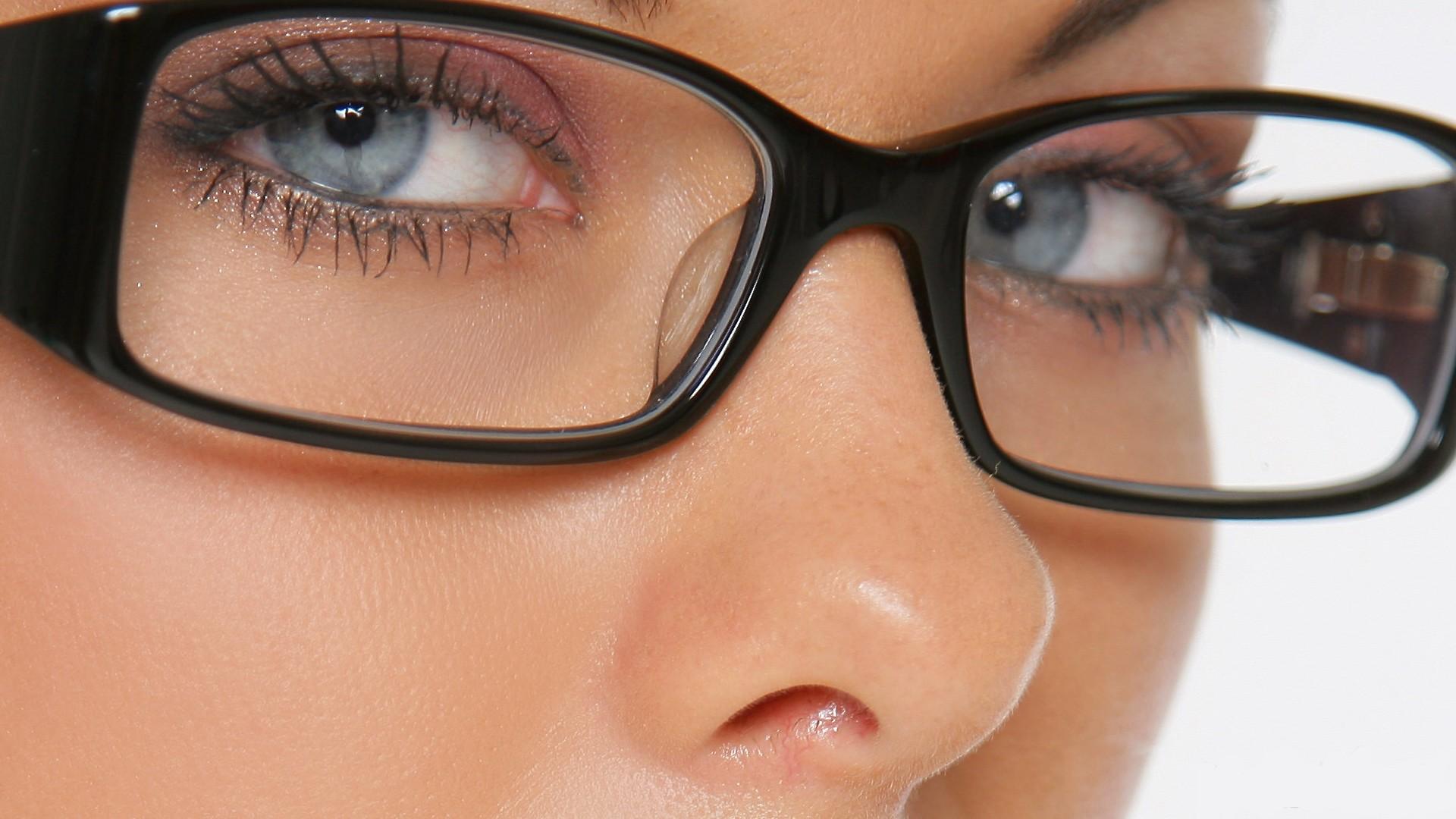 نصائح لوضع المكياج مع النظارات الطبية