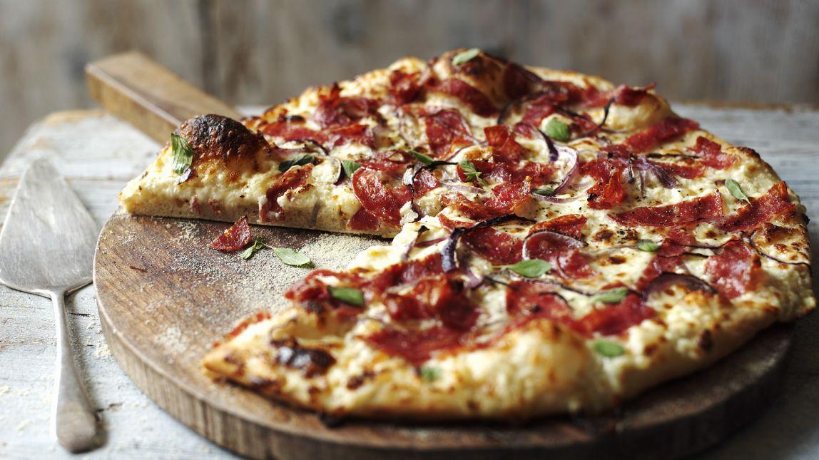 في كل مكان من العام يمكنك طلب بيتزا هت ولكن ليس كل وصفة بيتزا تضمن تحضيرها بتلك اللذة، لكن إليك هنا وصفة بيتزا هت الأصلية مع كل الأسرار التي تميزها