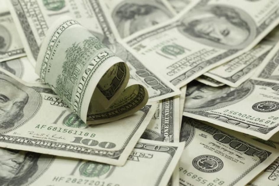 تعامل مع المال بكل احترام ومودة