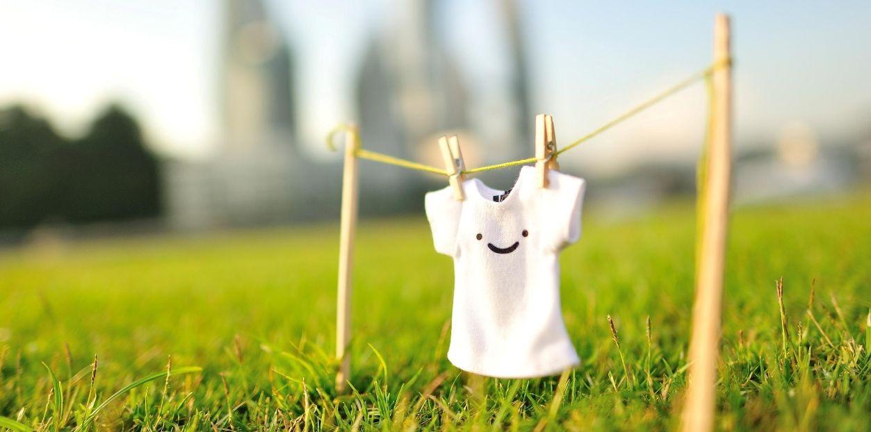كيفية إزالة البقع الصفراء من الملابس البيضاء واستعادة تألقها؟