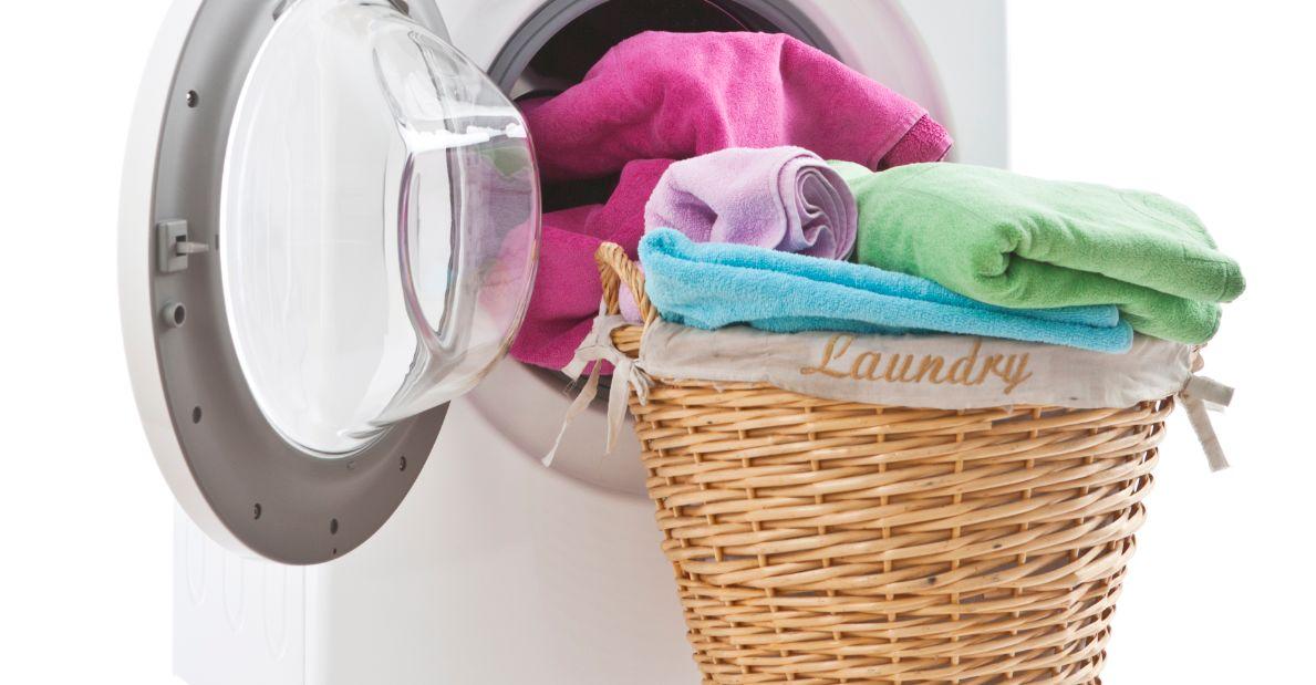 كيفية إزالة البقع من الملابس الملونة بـ 5 خطوات سريعة وفعالة