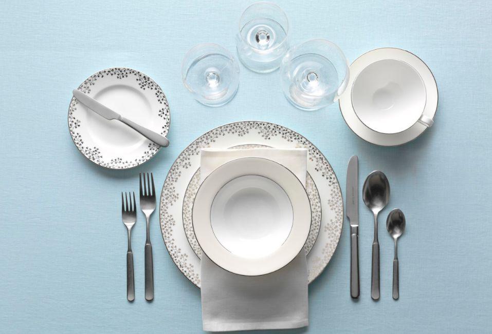 أطباق وترتيب طاولة طعام للضيوف