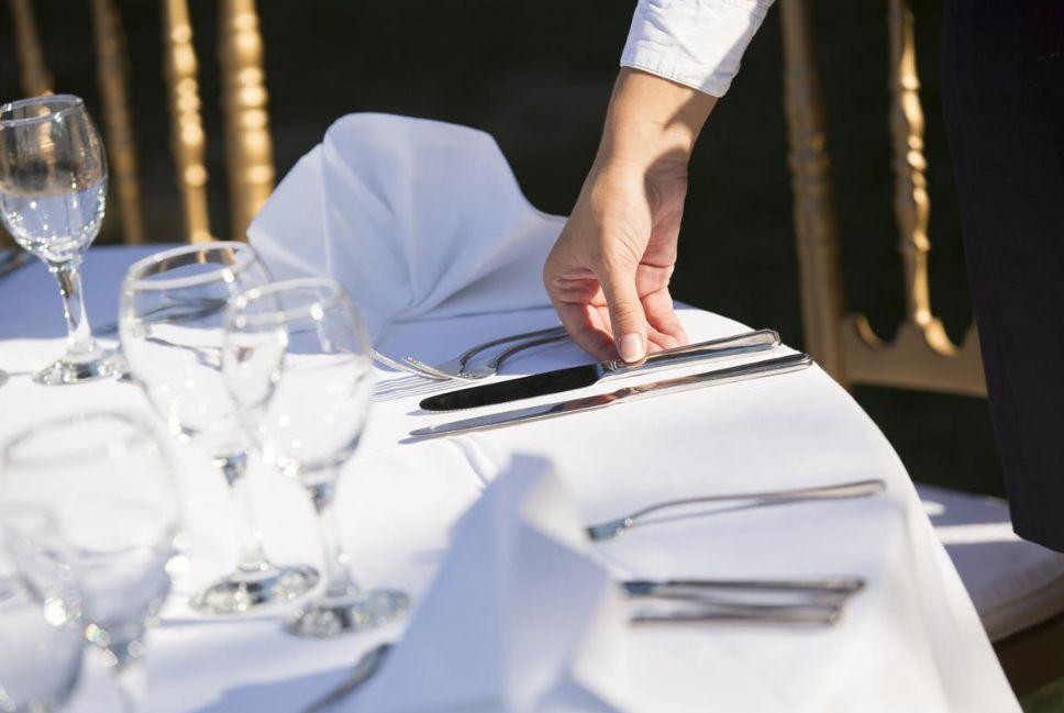 ترتيب طاولة الطعام للضيوف ..