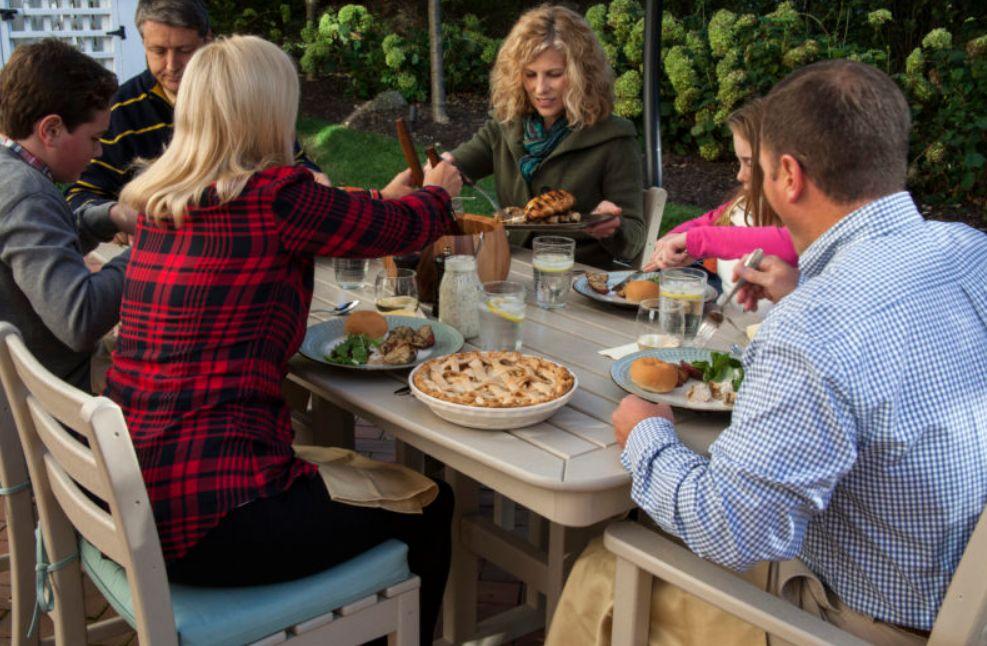 وزع أطباق الطعام بحيث يمكن للجميع الوصول إليها جميعًا ، وزع أطباق الطعام حتى يتمكن الجميع من الوصول إليها جميعًا