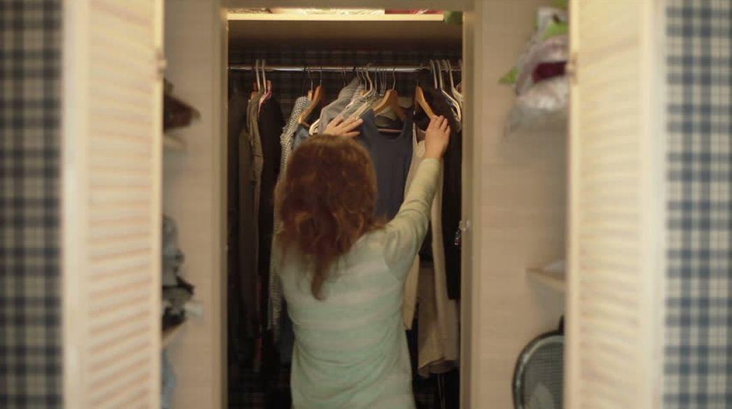 رش العطر على الملابس