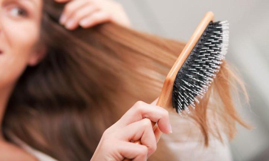 رش القليل من العطر على شعرك