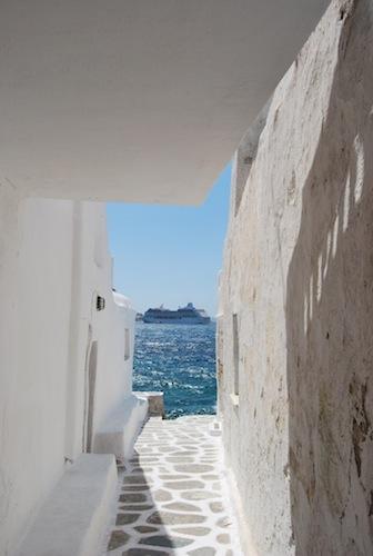 ميكونوس هي وجهة للعبارات والرحلات البحرية التي تصل إلى الجزيرة وتتوقف ثم تغادر إلى الجزر اليونانية الأخرى.
