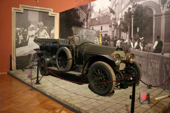 السيارات التي اغتيل فيها الأرشيدوق فرانز فرديناند وزوجته صوفي في يونيو 1914. متحف فيينا للتاريخ العسكري في النمسا