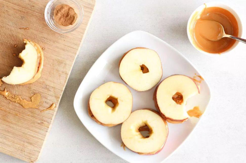 شطيرة التفاح مع زبدة الفستق والقرفة