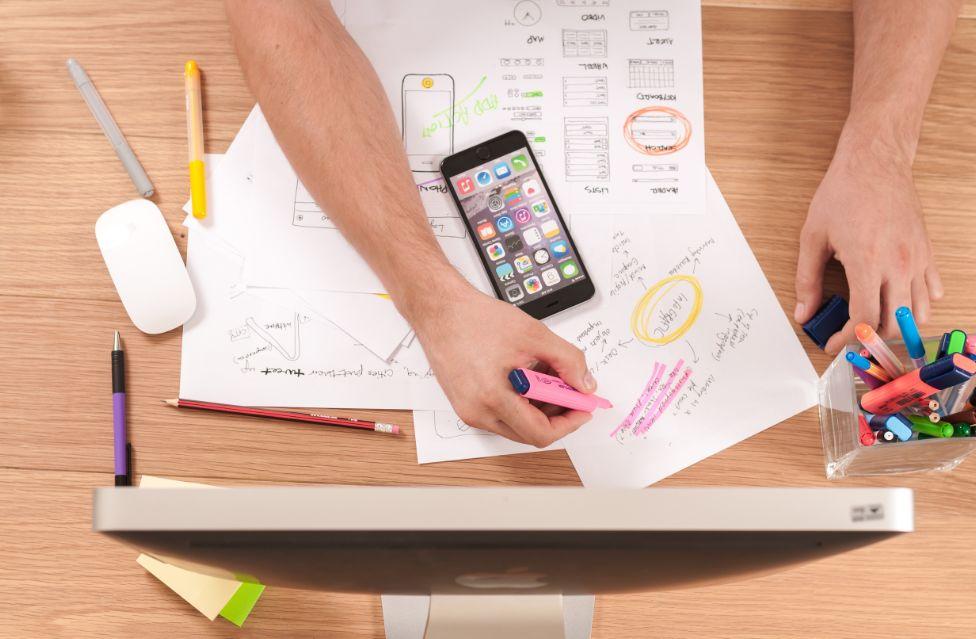 عدم ترتيب الطاولة والأدوات التي ستحتاجها خلال الدراسة