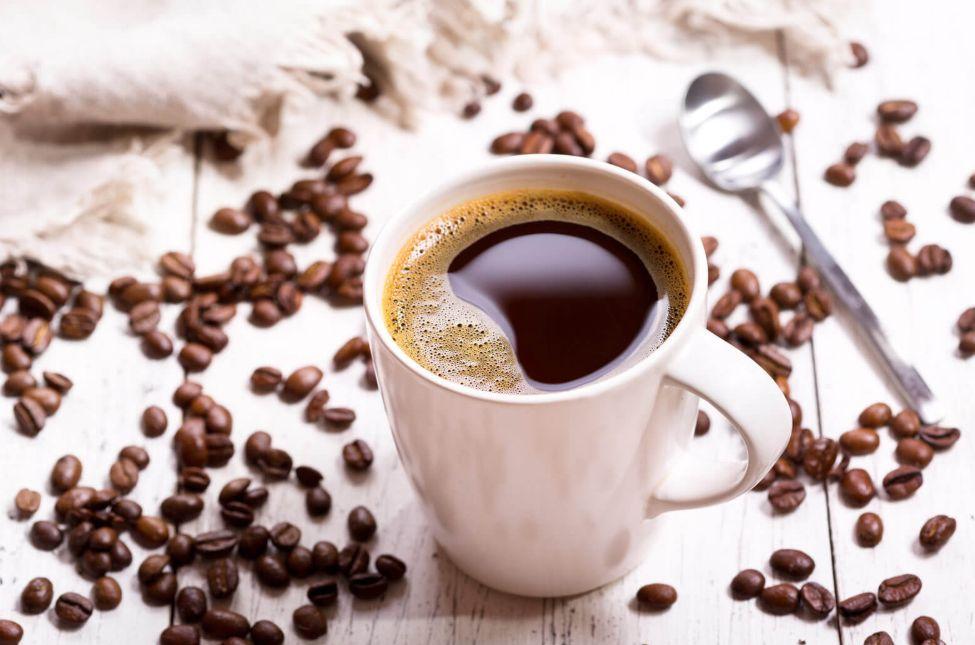 كوب من القهوة وقطعة من الشوكولا الداكنة