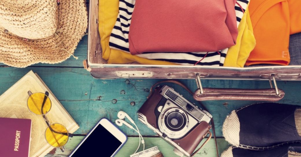 ما هي محتويات حقيبة السفر ؟ تعرف إليها من خلال الحقيبة التي سنفرغها أمامك