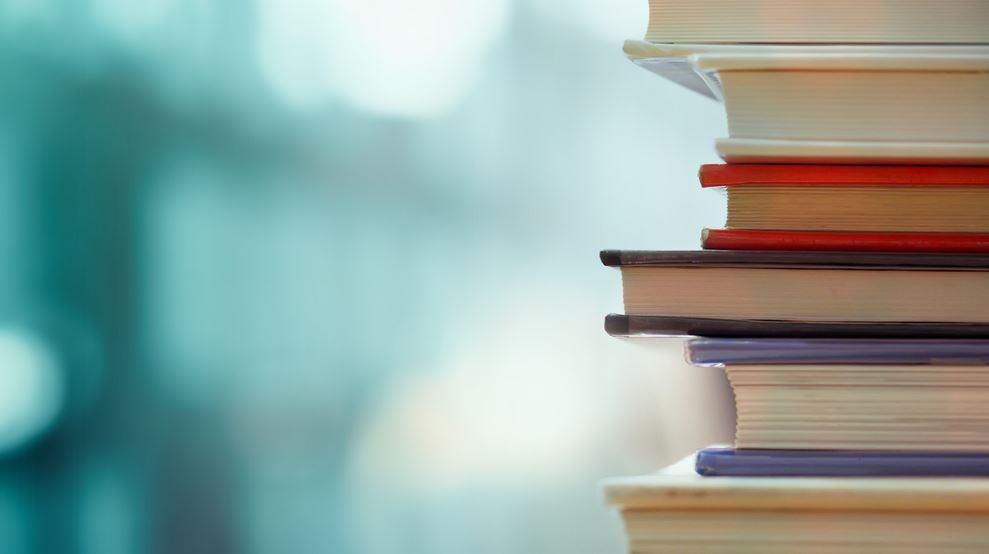 مجموعة من أفضل الأعمال الأدبية العربية لتستمع بقراءة أي منها الآن