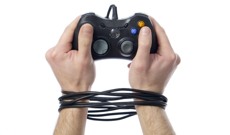 إنه يسيطر عليك ويسرقك من حياتك لذا لا بد من علاج إدمان الألعاب الإلكترونية