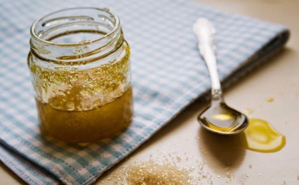 السكر البني مع زيت الزيتون مزيل طبيعي للمكياج