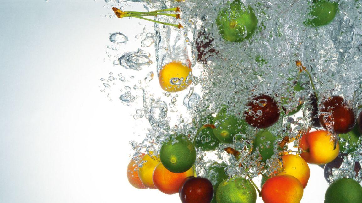 تناول كميات كبيرة من الماء ومن الخضار والفاكهة