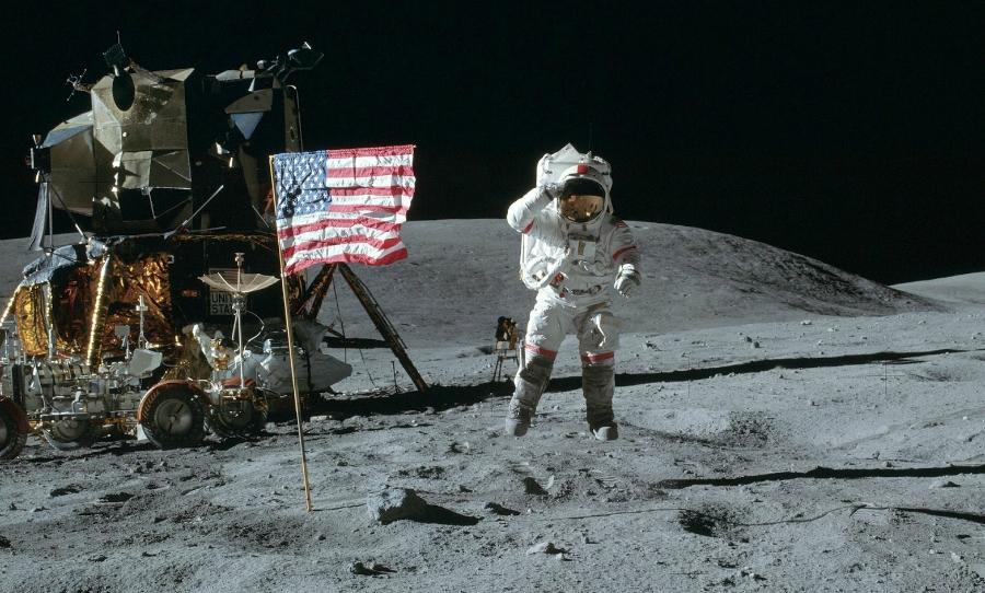 على سطح القمر